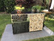 Feuerstelle mit Holzlager