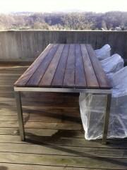 Tisch mit Holz
