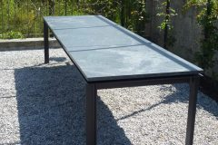 Tisch mit Steinplatte
