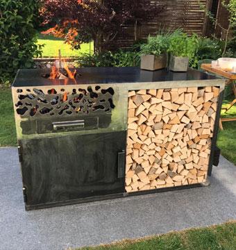 Feuerstelle mit Holzlager aus Metall