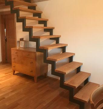 Treppe aus Metall mit Holztritten