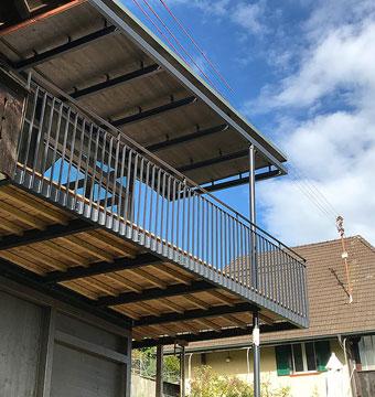 Balkon mit Geländer aus Metall