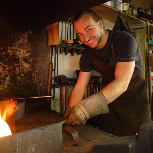 David Kernen in der Werkstatt am Feuer